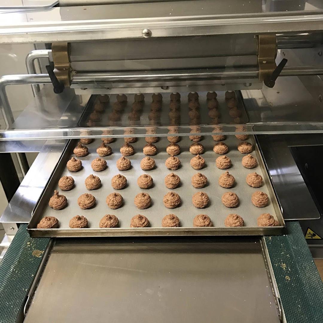 Produzione dolci nel laboratorio della Pasticceria di Sambuco